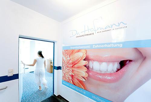 Tür zum Behandlungszimmer