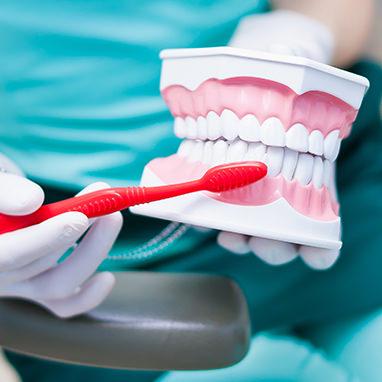 Gebissreinigung mit Zahnbürste
