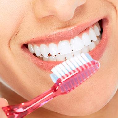 Strahlend weiße Zähne mit Zahnbürste