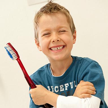 Junge mit Zahnbürste