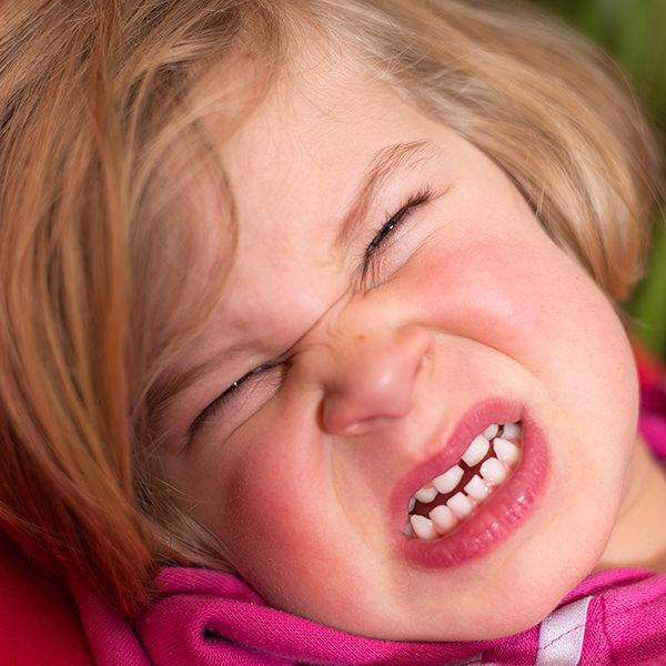Kind verzieht das Gesicht