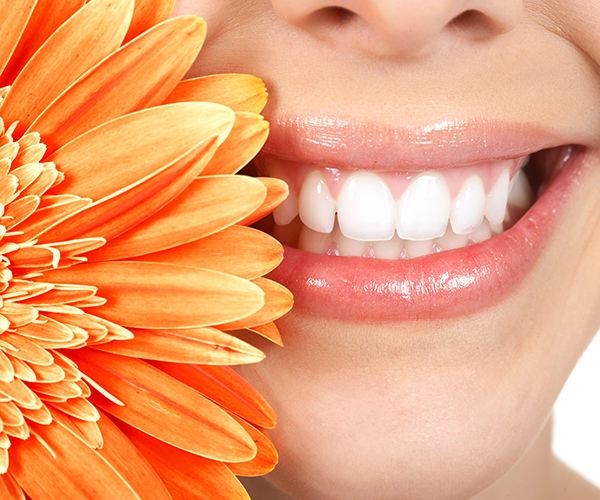 Gesunde Zähne - Frau mit strahlendem Lächeln